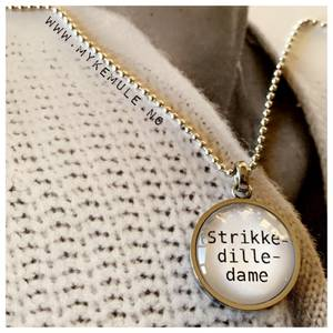Bilde av WORDS - «Strikke-dille-dame»